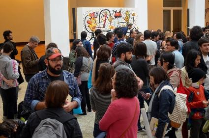 Uma enorme fila se formou muito antes da sessão de autógrafos. Não dava para ver onde terminava.